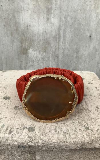 Cinto feminino em couro, na cor laranja possui uma pedra natural